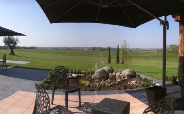 Décor pour votre tournage : terrasse avec golf, vue sur la campagne