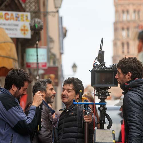 Équipe de tournage dans les rues de Toulouse